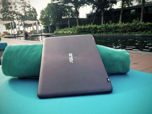 asus-zenbook-flip-poolside